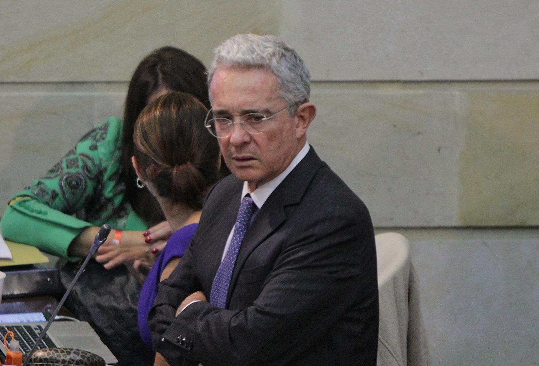 Álvaro Uribe y su reacción ante la pregunta que le enojó   La FM