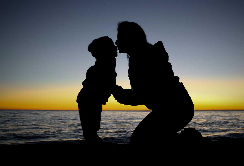 Картинка мамы с сыном со спины, картинки осень