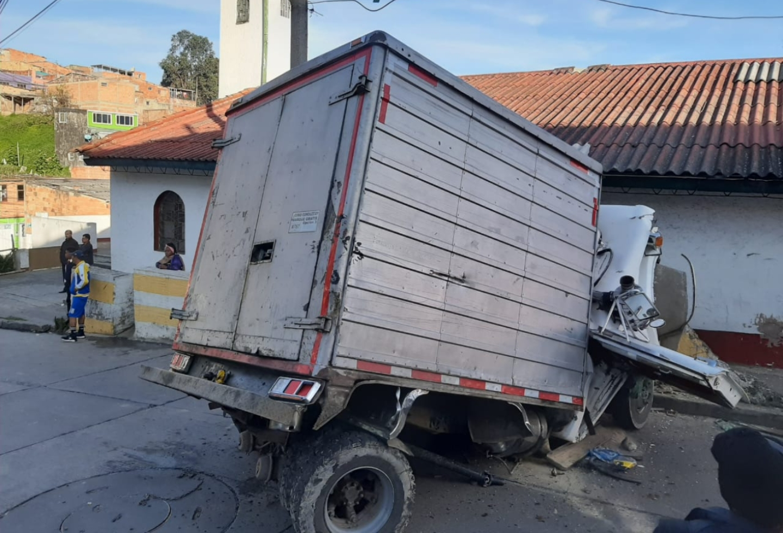 Fuerte choque de camión contra una iglesia en el sur de Bogotá - La FM