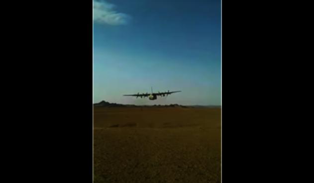 Avión vuela sobre cabeza de soldado en Yemen