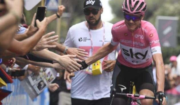 Chris Froome saluda a la gente en la última etapa de Giro 2018