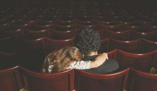 Joven pareja en una sala de cine / Imagen de referencia de Ingimage