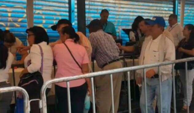 Colombianos votan en Venezuela
