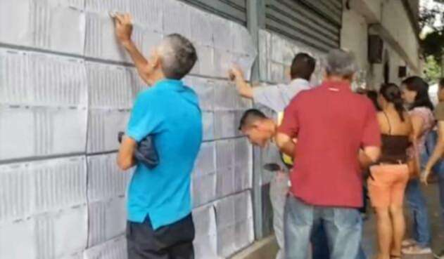 Colombianos votando en Venezuela