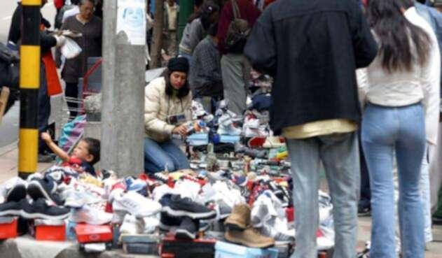 Vendedora ambulante en las calles de Bogotá / Colprensa