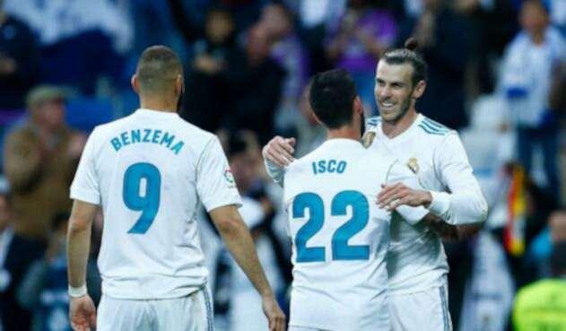 Gareth Bale celebrando con algunos de sus compañeros
