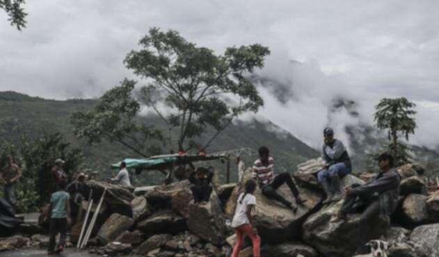 Familias desplazadas en una carretera cercana al municipio de Ituango