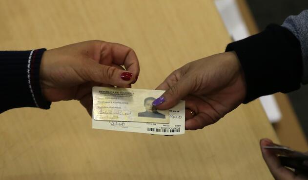 Jurado entregando al votante su cédula y certificado electoral / Inaldo Pérez, LA FM