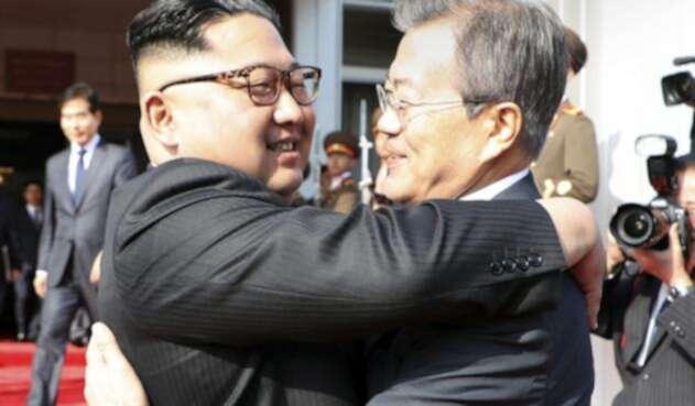 Los líderes coreanos Kim Jong-un y Moon Jae-in / AFP