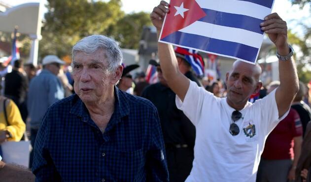 Luis Posada Carriles (de azul), exagente de la CIA, en Miami (Estados Unidos) el 20 de diciembre de 2014
