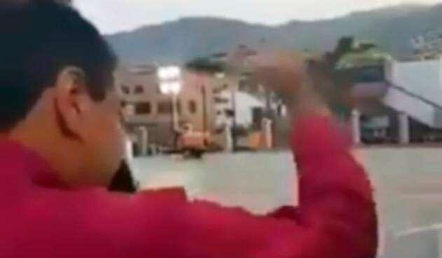 Nicolás Maduro simula saludar a la multitud