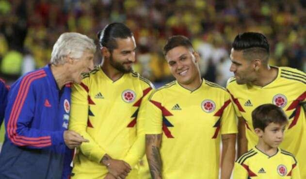 Maluma compartiendo con los jugadores del combinado nacional / Foto de Inaldo Pérez, LA FM