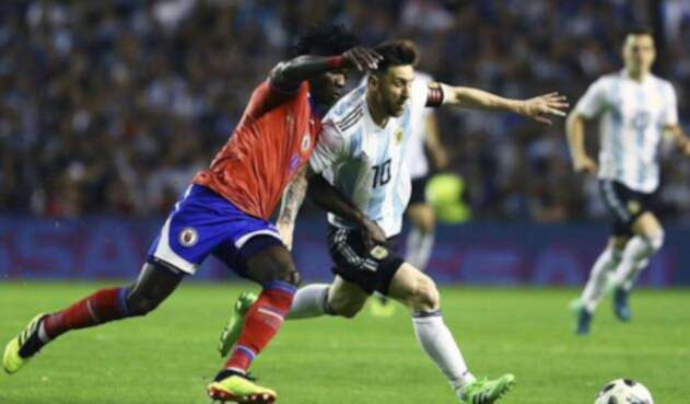 Lionel Messi disputando el balón ante un rival / Tomada de la cuenta de Twitter @Argentina