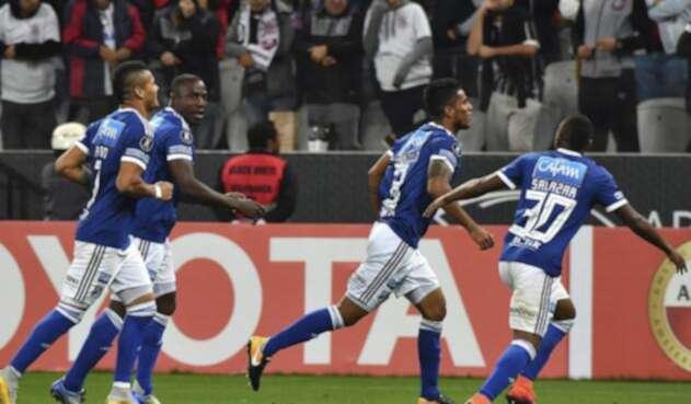Los jugadores embajadores celebrando el tanto de Carrillo / AFP