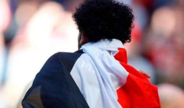 Mohamed Salah, delantero de la Selección de Egipto, con la bandera de su país