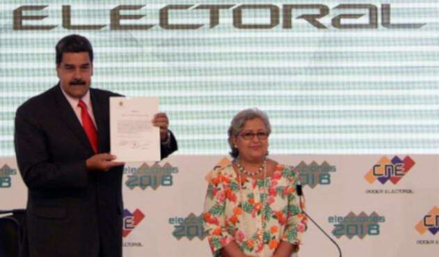 Nicolás Maduro y Tibisay Lucena durante la proclamación de Nicolás Maduro como presidente reelecto de Venezuela