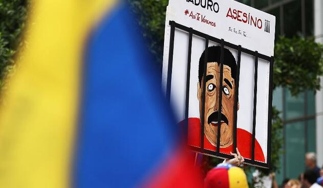 Venezolanos protestando en el Consulado de Venezuela en Miami