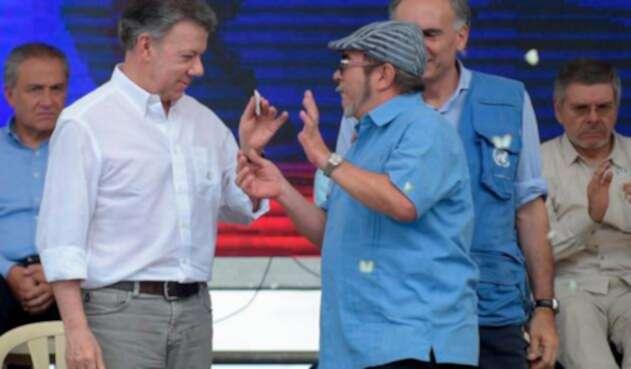 El presidente Juan Manuel Santos y Rodrigo Londoño, 'Timochenko' / Foto de referencia de AFP