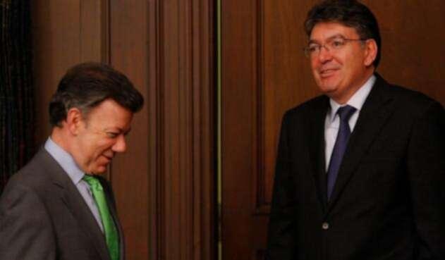 El presidente Juan Manuel Santos y Mauricio Cárdenas, ministro de Hacienda