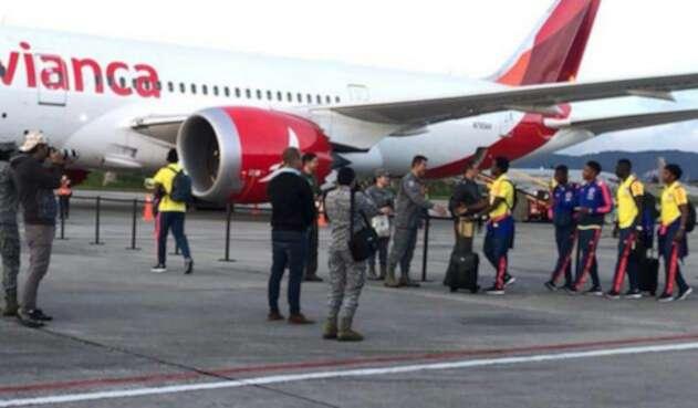 Selección Colombia abordando su avión con destino a Italia / Tomada de la cuenta de Twitter @Avianca
