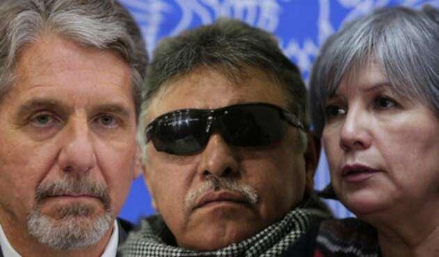 Kevin Withaker, embarajador de EE. UU. en Colombia, Jesús Santrich, miembro de la Farc, y Patricia Linares, presidenta de la JEP / Colprensa
