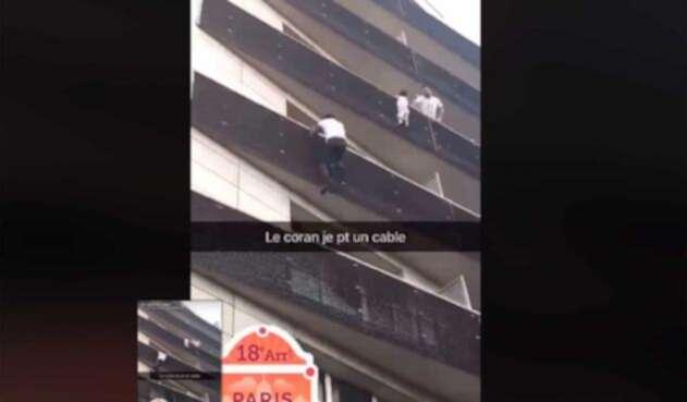 Hombre trepa edificio para rescatar niño