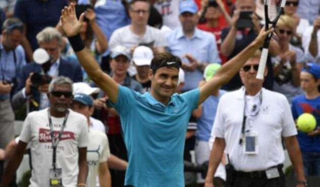 El suizo Roger Federer celebra la victoria contra el canadiense Milos Raonic en el ATP Mercedes Cup, en Stuttgart