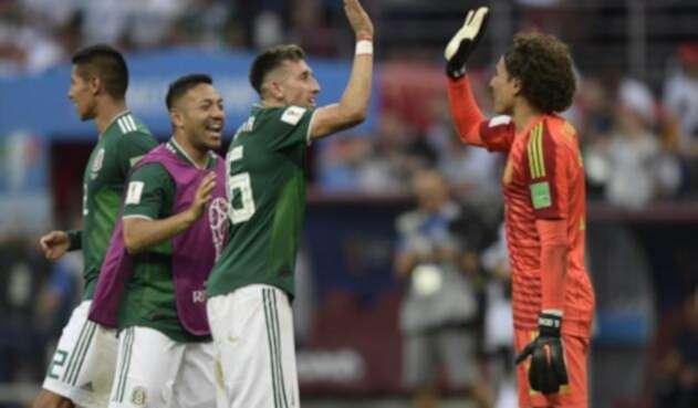 El centrocampista Héctor Herrera y el arquero Guillermo Ochoa celebran después de ganar el partido ante Alemania