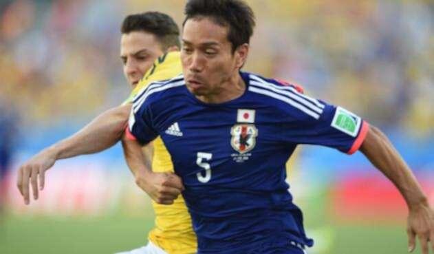 Keisuke Honda, jugador de Japón y Santiago Arias, lateral derecho de la Selección Colombia, en Brasil 2014