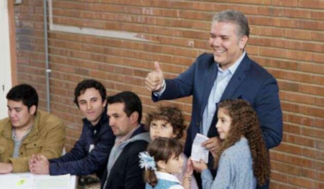 El presidente electo Iván Duque con sus hijos