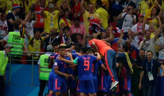 Yerry Mina celebra su gol con sus compañeros de la Selección Colombia
