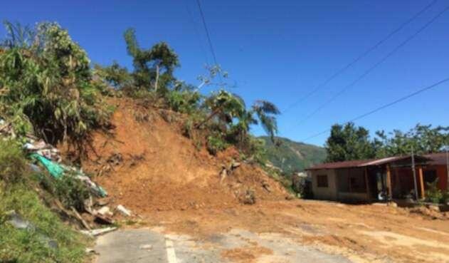 Derrumbe que incomunica zonas de Puerto Valdivia