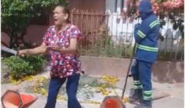 Mujer con machete en la mano no permite que le corten el agua
