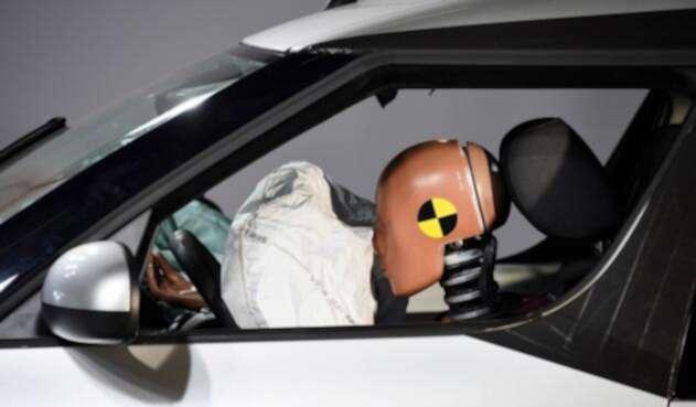 El airbag de un vehículo puesto a prueba en Linas, sur de París (Francia)