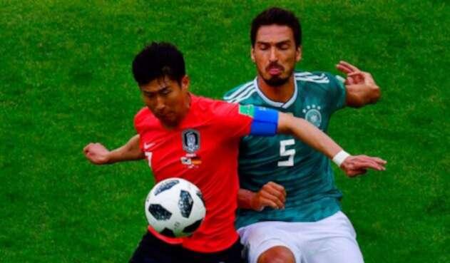 Jugadores de Corea y Alemania en la disputa de un balón