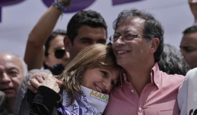 Ángela Robledo, fórmula a la Vicepresidencia de Gustavo Petro, junto al candidato, el 8 de junio de 2018 en Bogotá