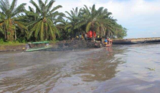 Barreras de Ecopetrol en el río Magdalena tras derrame de petróleo