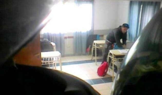 Profesor roba a estudiantes