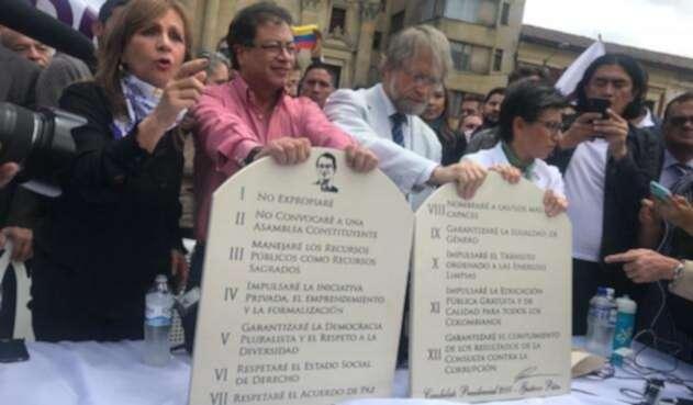 Gustavo Petro al sellar la alianza con Claudia López