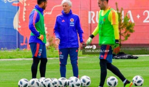 Camilo Vargas, José Pékerman y David Ospina en la sesión de entrenamiento en Kazán