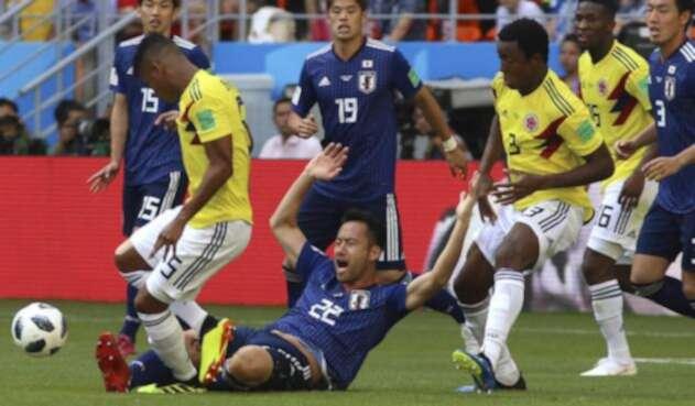 Los jugadores de Colombia disputando un balón con los japoneses