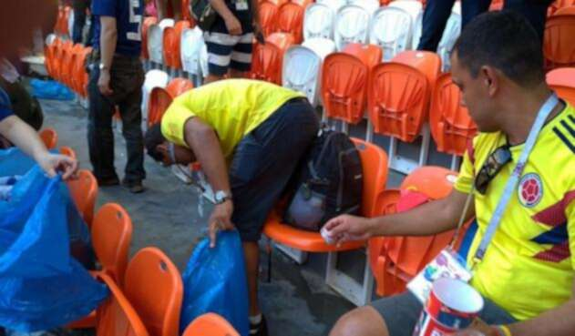 Colombianos ayudan a limpiar