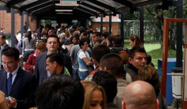 Colombianos haciendo fila en una dependencia del Gobierno en Bogotá
