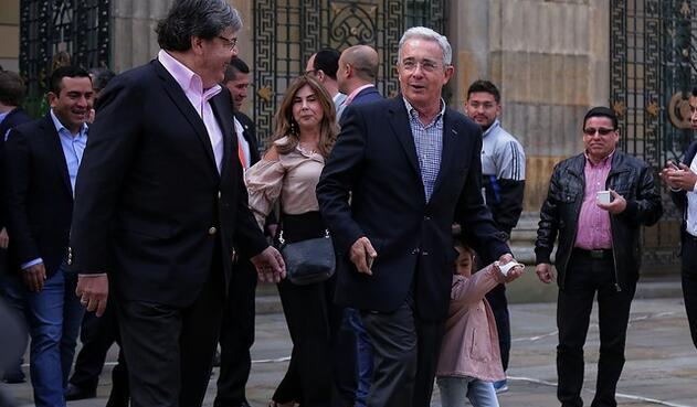 El expresidente Álvaro Uribe ejerció su derecho al voto acompañado de sus nietos