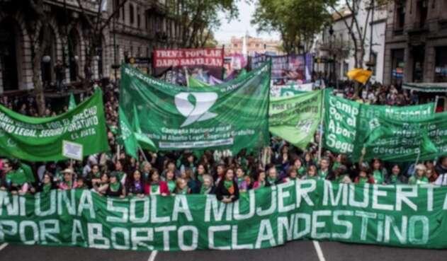 Miles de personas exigen legalizar el aborto en Argentina