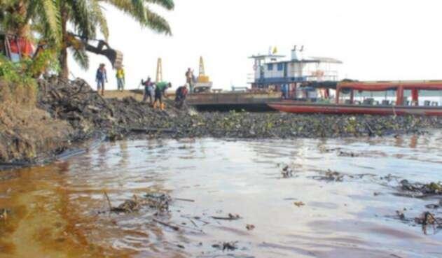Derrame de crudo en el río Magdalena