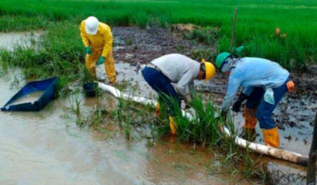 Autoridades atendiendo un derrame de crudo en Arauca y Casanare, el 22 de junio de 2017