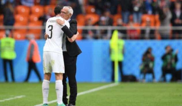 Diego Godin saluda a Héctor Raúl Cupe, argentino técnico de la Selección de Egipto, en el estadio de Ekaterimburgo