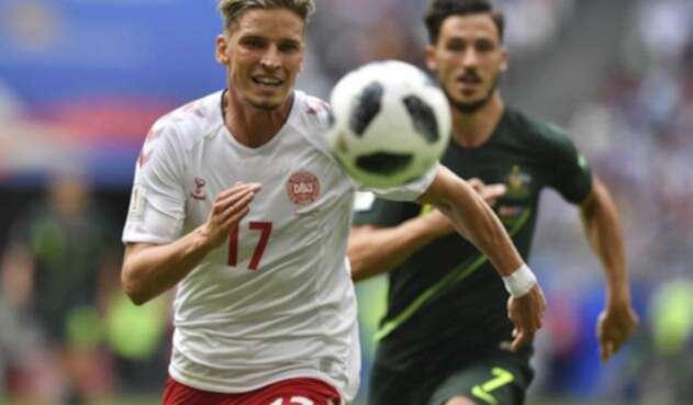 Jugadores de Dinamarca y Australia tras un balón en el partido