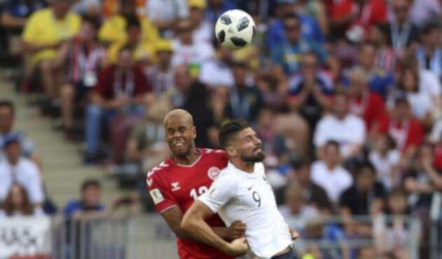 Jugadores de Dinamarca y Francia disputando un balón